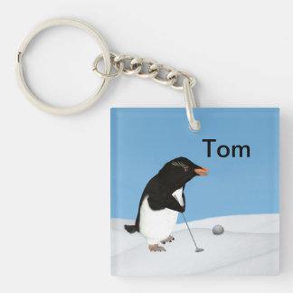 Pingüino chistoso que juega personalizable del llavero cuadrado acrílico a doble cara