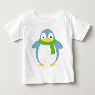 Pingüino colorido lindo en bufanda playeras