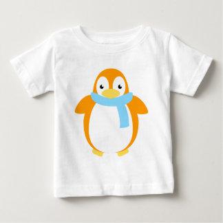 Pingüino colorido lindo en bufanda playera