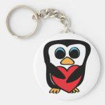 Pingüino con el corazón rojo grande llaveros