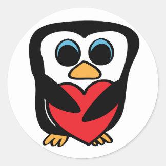 Pingüino con el corazón rojo grande etiquetas redondas