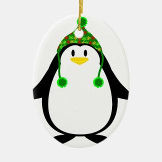Pingüino con el gorra de punto adorno navideño ovalado de cerámica