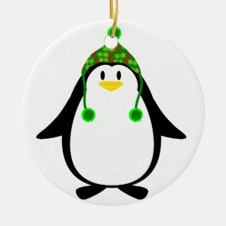 Pingüino con el gorra de punto adorno navideño redondo de cerámica