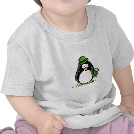 Pingüino con la cerveza verde camiseta