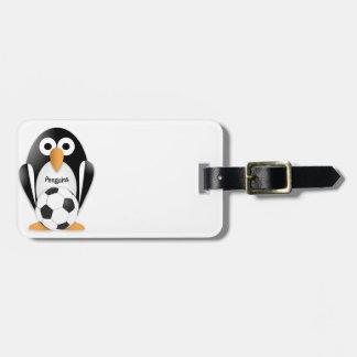 Pingüino con un balón de fútbol etiquetas de maletas