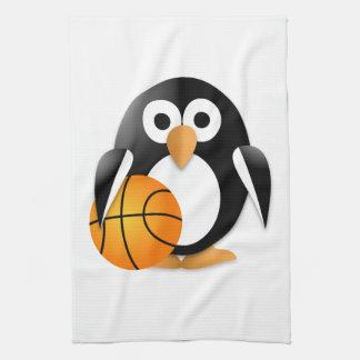 Pingüino con un baloncesto toalla