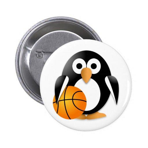 Pingüino con un baloncesto pin redondo de 2 pulgadas