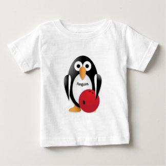 Pingüino con un cuenco de los bolos playera de bebé
