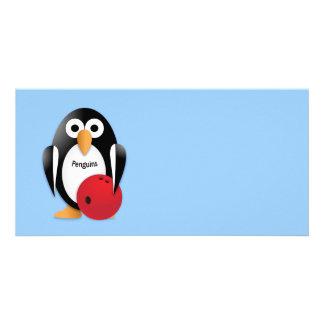 Pingüino con un cuenco de los bolos tarjeta fotografica