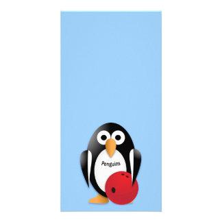 Pingüino con un cuenco de los bolos tarjetas fotograficas personalizadas