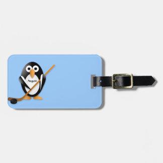 Pingüino con un palillo de hockey etiqueta para maleta