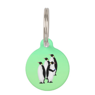 Pingüino de emperador usando un dispositivo móvil placas para mascotas