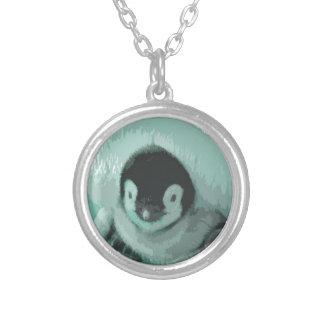Pingüino de la apariencia vintage del bebé del collar plateado