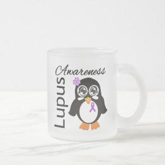 Pingüino de la conciencia del lupus taza cristal mate