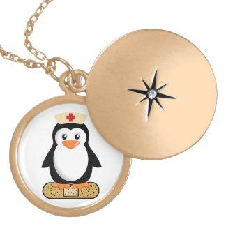 Pingüino de la enfermera (w/bandaid) pendientes