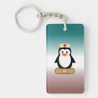 Pingüino de la enfermera (w/bandaid) llavero rectangular acrílico a doble cara