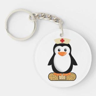 Pingüino de la enfermera (w/bandaid) llavero redondo acrílico a una cara