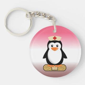 Pingüino de la enfermera (w/bandaid) llavero redondo acrílico a doble cara