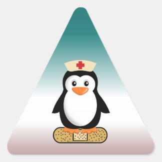 Pingüino de la enfermera (w/bandaid) pegatina triangular