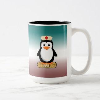 Pingüino de la enfermera w bandaid taza de café