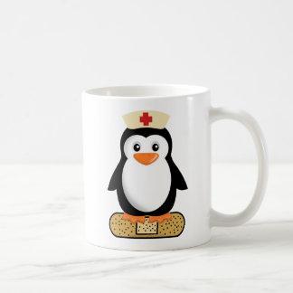 Pingüino de la enfermera (w/bandaid) taza básica blanca