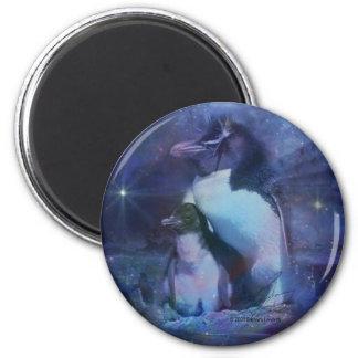 Pingüino de la mamá y del bebé en claro de luna imán redondo 5 cm