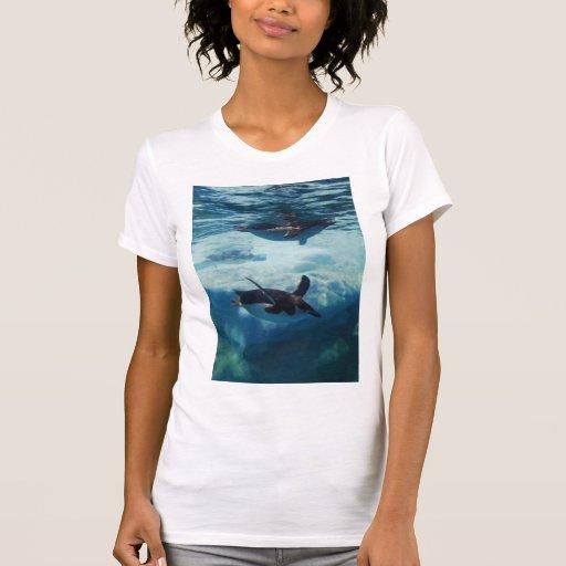 pingüino de la natación camisetas