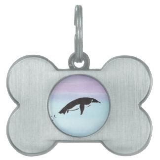 Pingüino de la natación placa de mascota