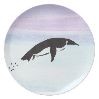 Pingüino de la natación plato de comida