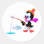 Pingüino de la pesca pegatina redonda