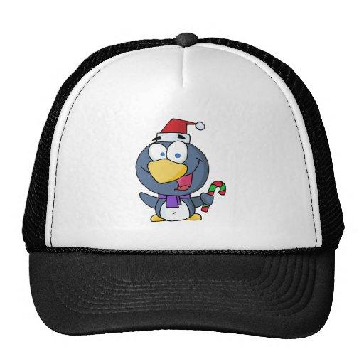 Pingüino de las felices Navidad que sostiene un ba Gorro