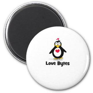 Pingüino de los octetos del amor imán redondo 5 cm