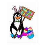Pingüino de Pascua con los huevos coloreados Postal