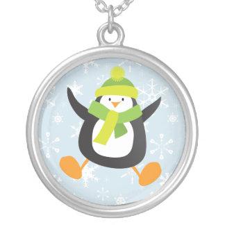 Pingüino de salto del invierno con los copos de collar plateado