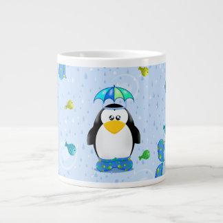 Pingüino de Wellies de la lluvia Taza Extra Grande