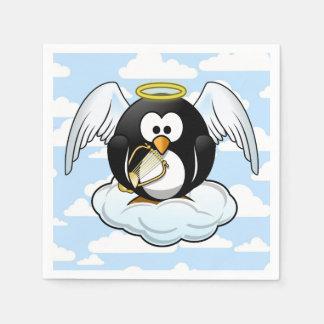 Pingüino del ángel en una nube con el fondo del servilleta desechable