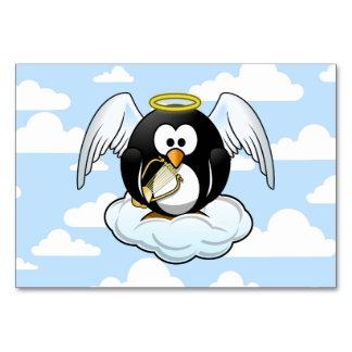 Pingüino del ángel en una nube con el fondo del