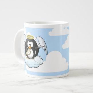 Pingüino del ángel en una nube con el fondo del taza grande