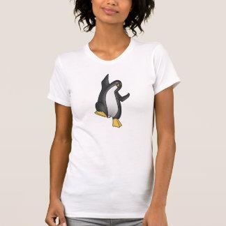 Pingüino del baile con la camiseta de la cita de R