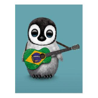 Pingüino del bebé que juega el azul brasileño de tarjeta postal