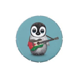 Pingüino del bebé que juega el azul palestino de jarrones de dulces