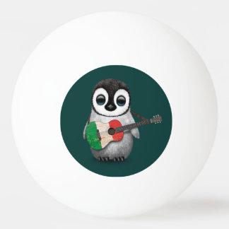 Pingüino del bebé que juega el trullo italiano de pelota de ping pong