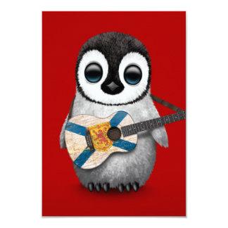 """Pingüino del bebé que juega rojo de la guitarra de invitación 3.5"""" x 5"""""""
