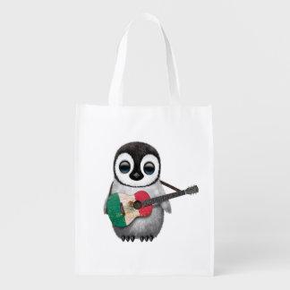 Pingüino del bebé que toca la guitarra de la bolsa de la compra