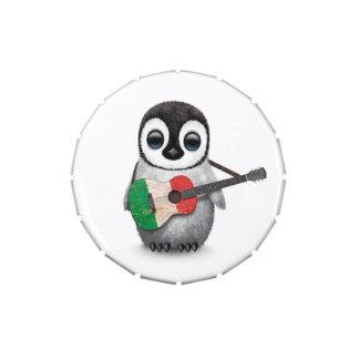Pingüino del bebé que toca la guitarra italiana de latas de caramelos