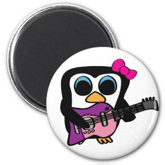 Pingüino del chica con la guitarra eléctrica imán redondo 5 cm