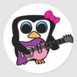 Pingüino del chica con la guitarra eléctrica pegatina redonda
