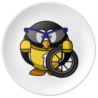 Pingüino del ciclista en amarillo plato de cerámica