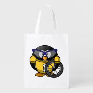 Pingüino del ciclista en amarillo bolsa reutilizable