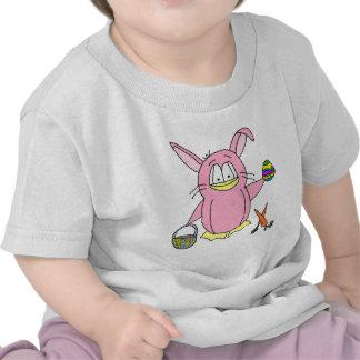 Pingüino del conejito de pascua camisetas